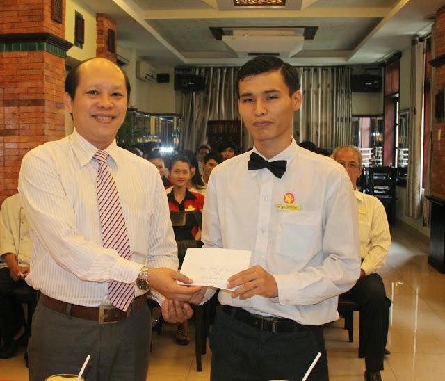 Nhân viên Đinh Quang Lâm nhận giải từ đại diện nhà hàng Quá Ngon