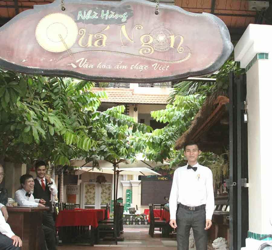 Nhân viên Lâm chụp ảnh trước nhà hàng Quá Ngon