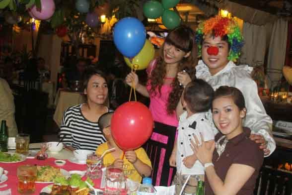 Thực khách tại nhà hàng Quá Ngon