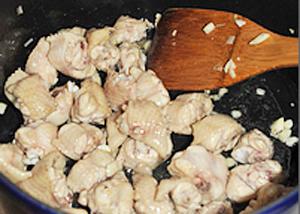 Hướng dẫn làm món cánh gà xào húng quế phong cách Thái Lan