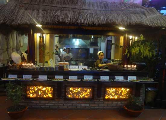 Cơm trưa tại Nhà hàng Quá Ngon