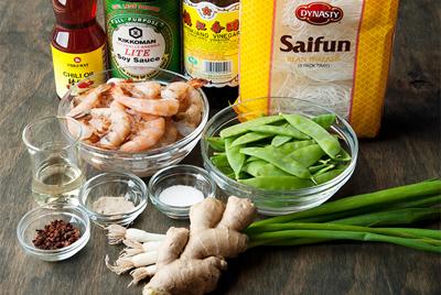 Miến xào tôm đậu, dai của miến, ngọt của tôm và đậu. Chỉ với 20 phút bạn có ngay phần miến xào tôm đậu cực kỳ ngon hấp dẫn và lạ mắt. Hãy cùng với các đầu bếp Nhà Hàng Quá Ngon làm món này nhé!  Đầu tiên các bạn cần chuẩn bị nguyên liệu cho món Miến xào tôm đậu.  - 250g miến khô - 600g tôm tươi - 4 cây hành lá - Gừng bào nhuyễn - 350g đậu Hà Lan, xắt đôi - Xì dầu, giấm, tương ớt, muối, tiêu trắng  Sau khi chuẩn bị nguyên liệu đầy đủ nguyên liệu cho món miến xào tôm chúng ta bắt tay vào chế biến theo các công đoạn sau:   Bước 1:  - Đầu tiên, bạn bào nhuyễn gừng và cắt hành lá thành khúc dài và ngâm miến trong nước cho mềm. Sau đó, ướp tôm với hạt tiêu và muối, sau đó xào qua trong chảo dầu nóng, đến khi chín tới thì gắp ra, để riêng.Xào qua đậu, hành lá và gừng.   Bước 2:  - Thêm miến, xì dầu, giấm và tương ớt vào. Cuối cùng, bạn thêm cả tôm vào, đảo đều tất cả khoảng 1 phút rồi tắt bếp. Bạn rắc thêm một ít hành lá tươi lên trên cho đẹp mắt nhé!