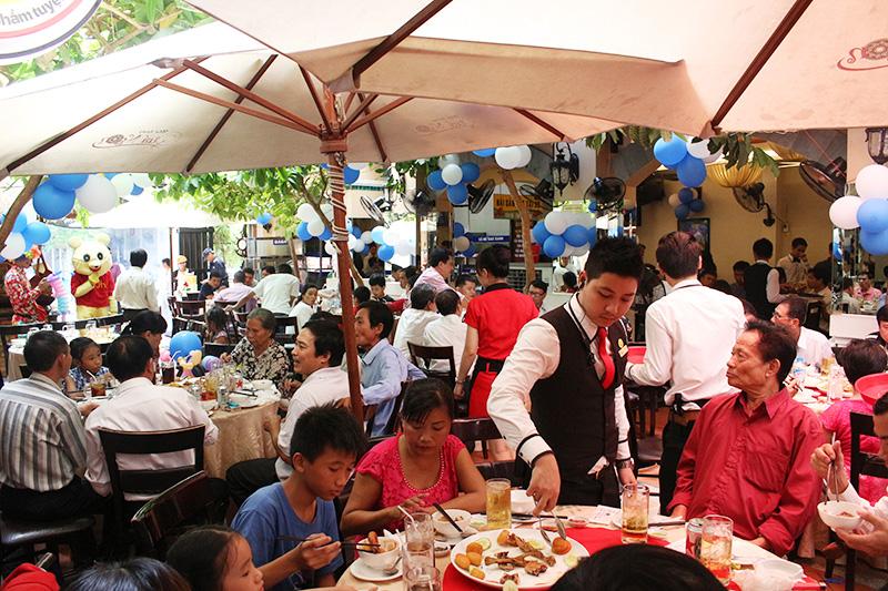 Tiệc 200 khách tại sảnh trệt nhà hàng Quá Ngon
