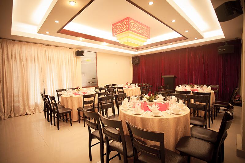 Phòng tiệc lớn với sức chứa 100 người với dàn Karaoke chất lượng