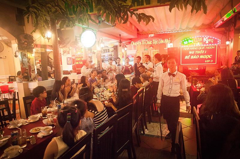 Nhà hàng Quá Ngon hát chúc mừng sinh nhật khách
