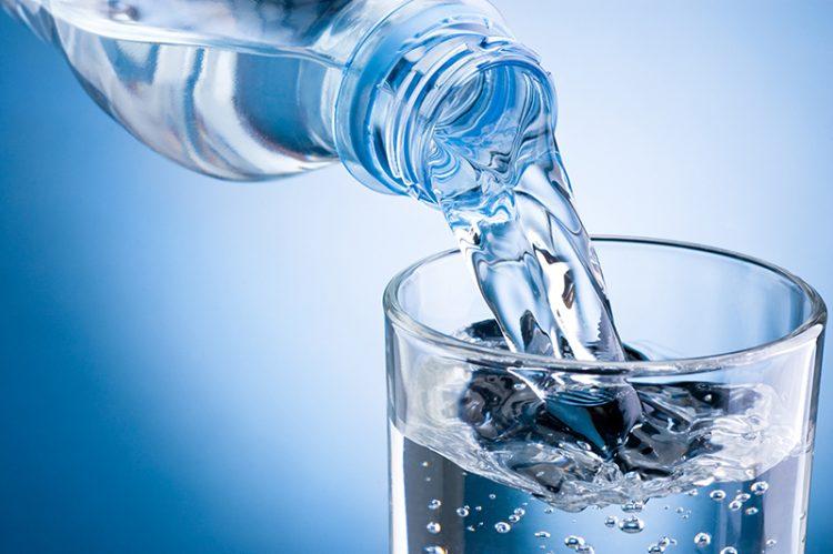 Trong lúc ăn sầu riêng bạn nên uống kèm nước lọc
